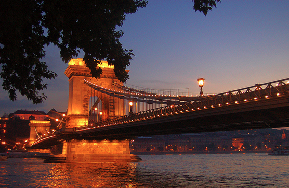 Budapest Chain Bridge by night - photo by Nguyen Anh Tuan