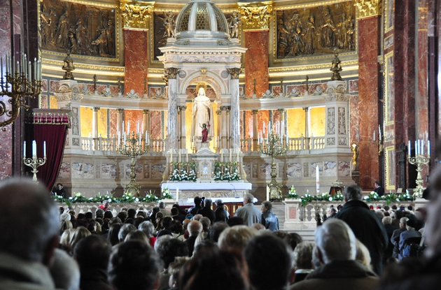 Budapest Easter Mass at St Stephens Basilica